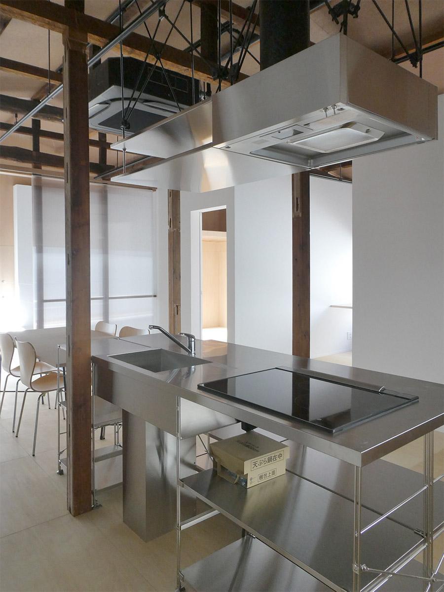 ステンレス製のキッチンはすっきりとした印象