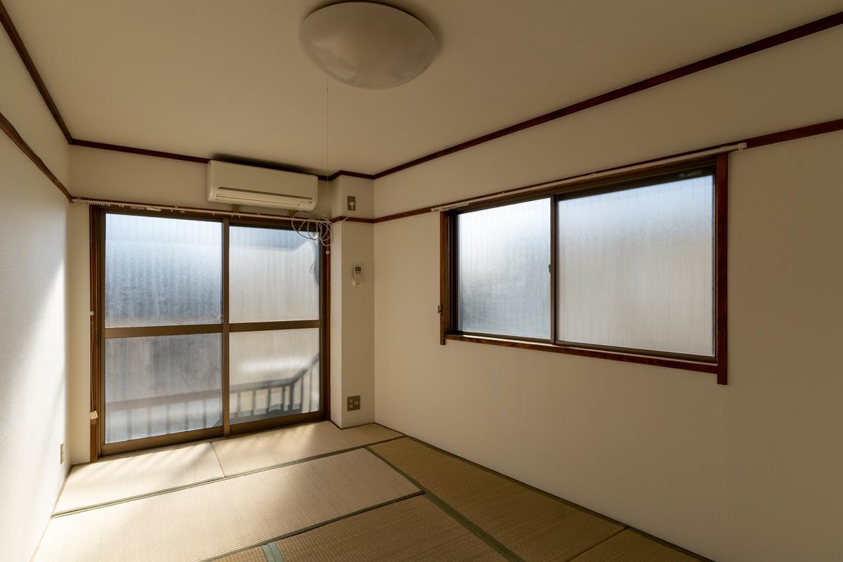 奥の窓はすりガラスから透明に変更されます