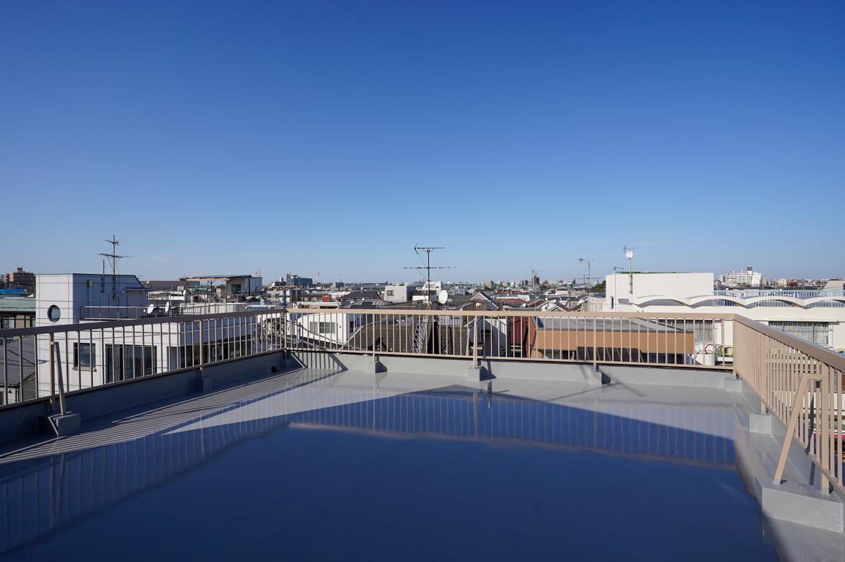屋上に出れば低層住宅街ならではの見晴らしのいい眺め