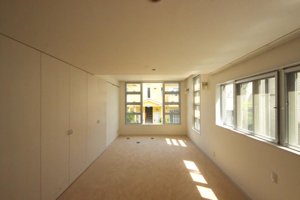 1階の寝室。窓が多くしっかりと光が入る