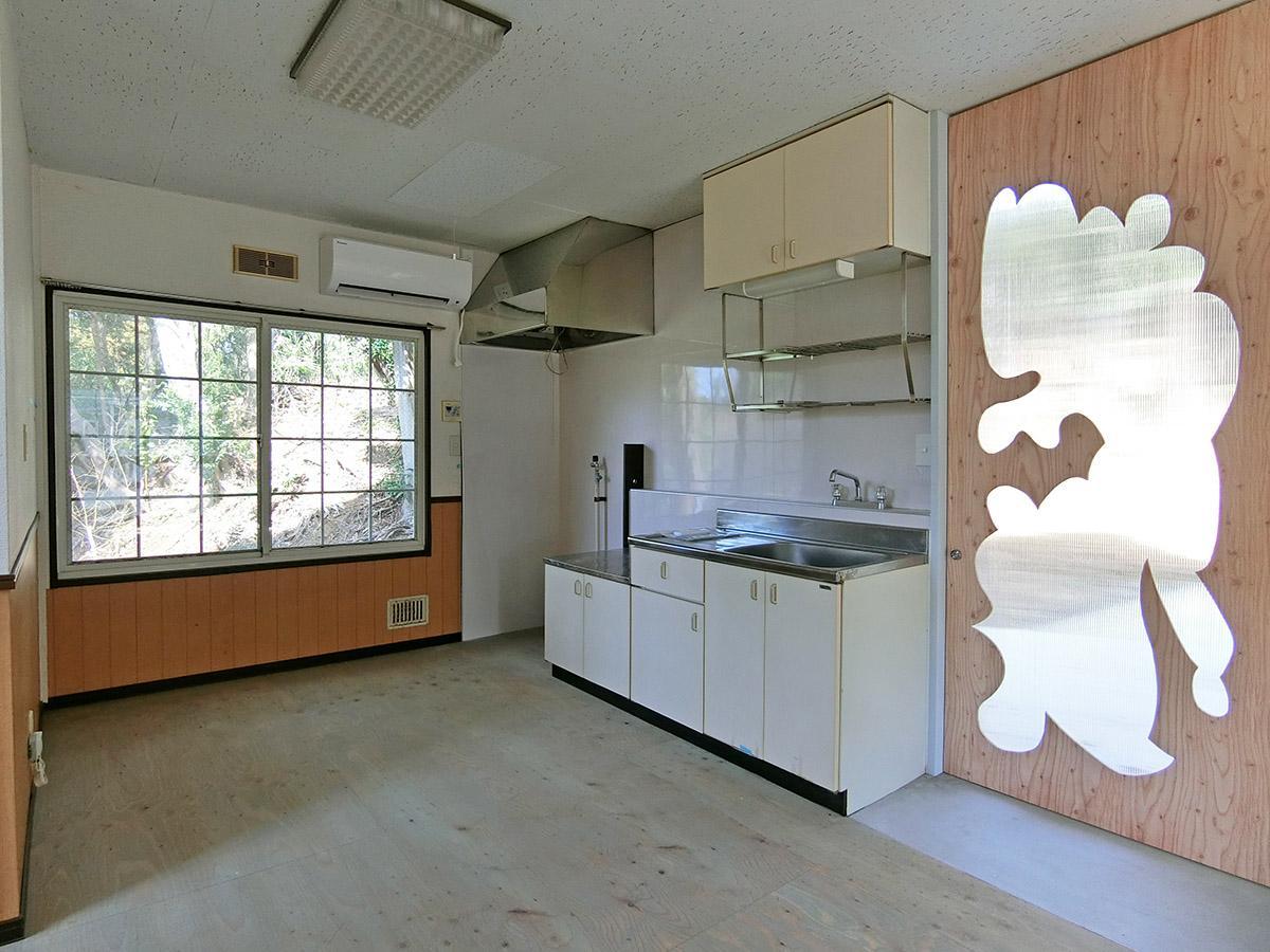 A棟1階:キッチン。右手の勝手口から屋外の制作スペースにアクセスできます