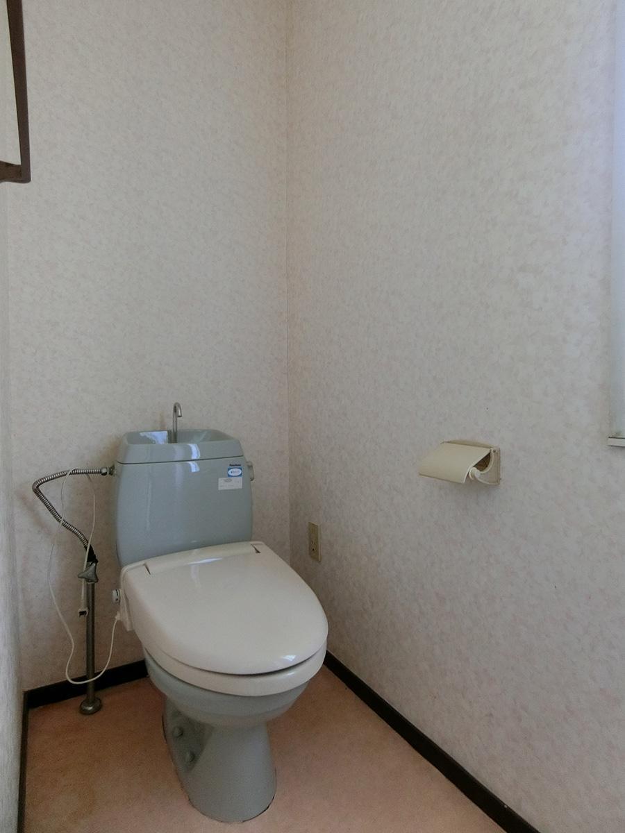 A棟:トイレ。水回り設備は最新のものではありません