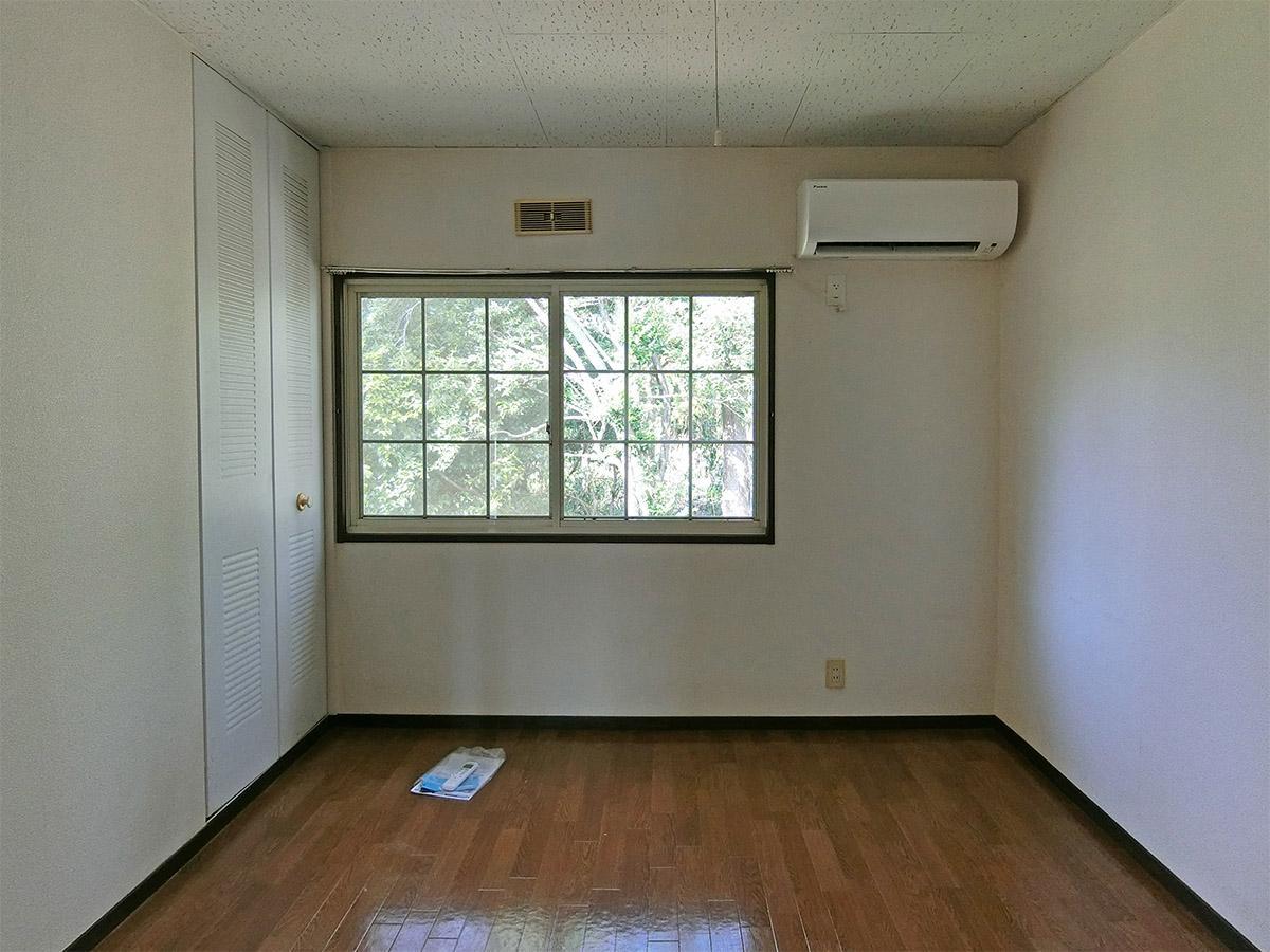 A棟の1号室:北側の部屋。森に面しており、緑ビュー。収納は南側の部屋より小さめ