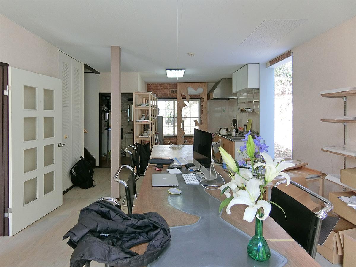 B棟の1階:共用スペース。先に入居されている方が使っている様子