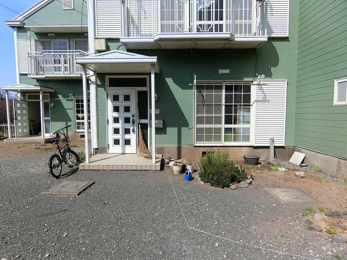 B棟:玄関前。自転車はそれぞれの棟前に置く