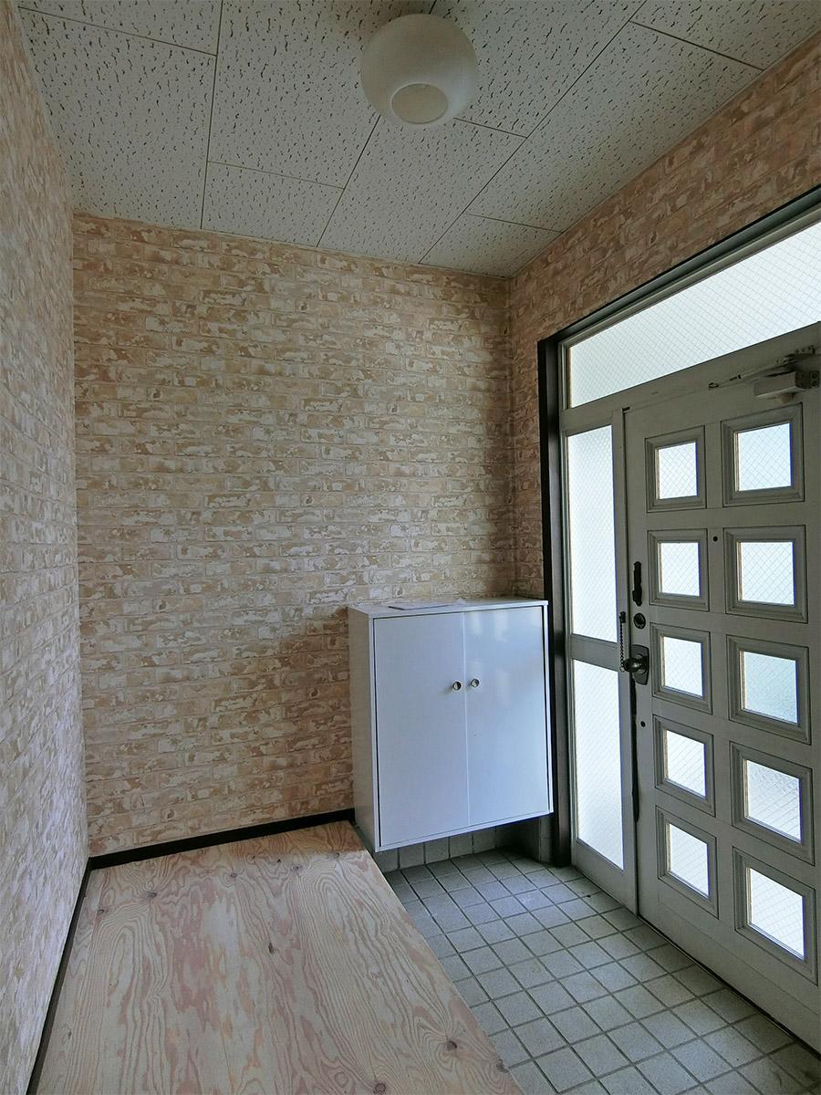 D棟の玄関:D棟の壁紙はレンガ風のもの