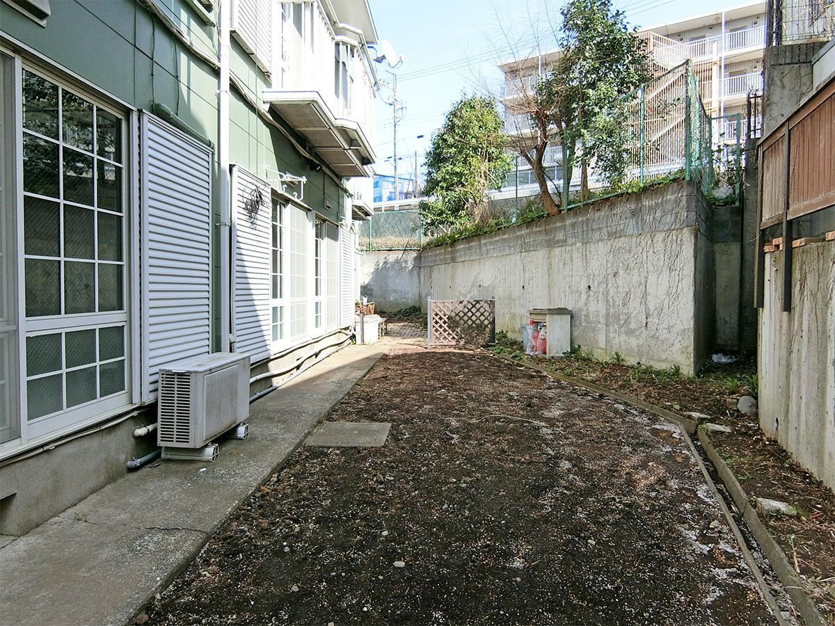 共用棟の庭:これから植栽を植える予定ですが、植えるものなどの入居者と一緒に決めていければ。コンポストがある