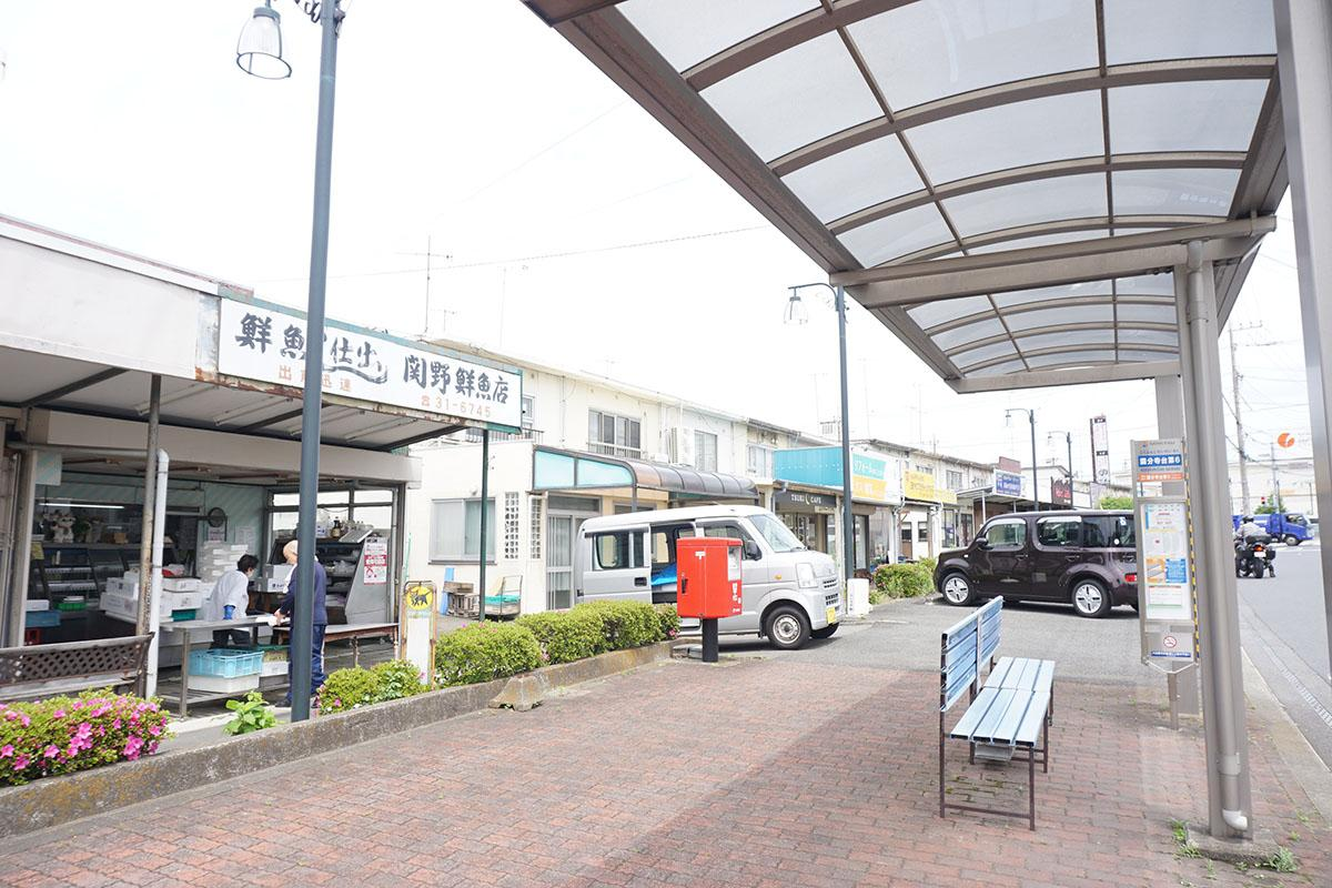 最寄りのバス停「大谷宿」。この通り沿いには渋い店がいくつかあります