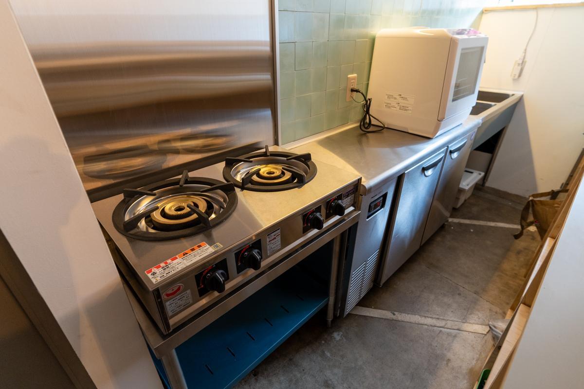 しっかり調理できる厨房付(写真右上の食洗機はなんとポータブル)