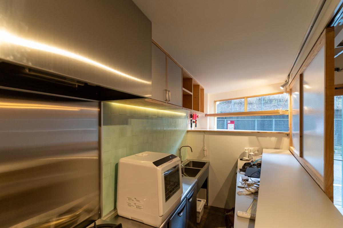しっかり調理できる厨房付(写真中央の食洗機はなんとポータブル)