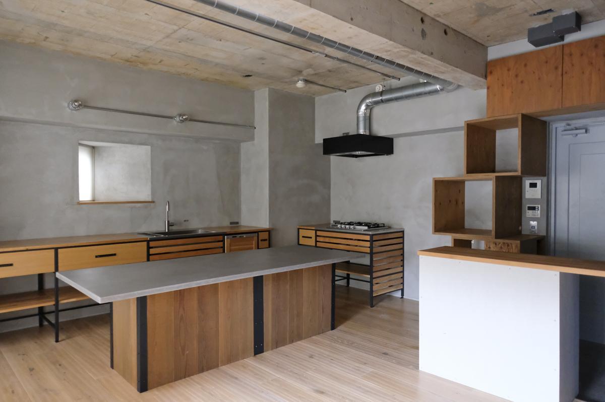 造作家具が空間に温かみをあたえてくれている