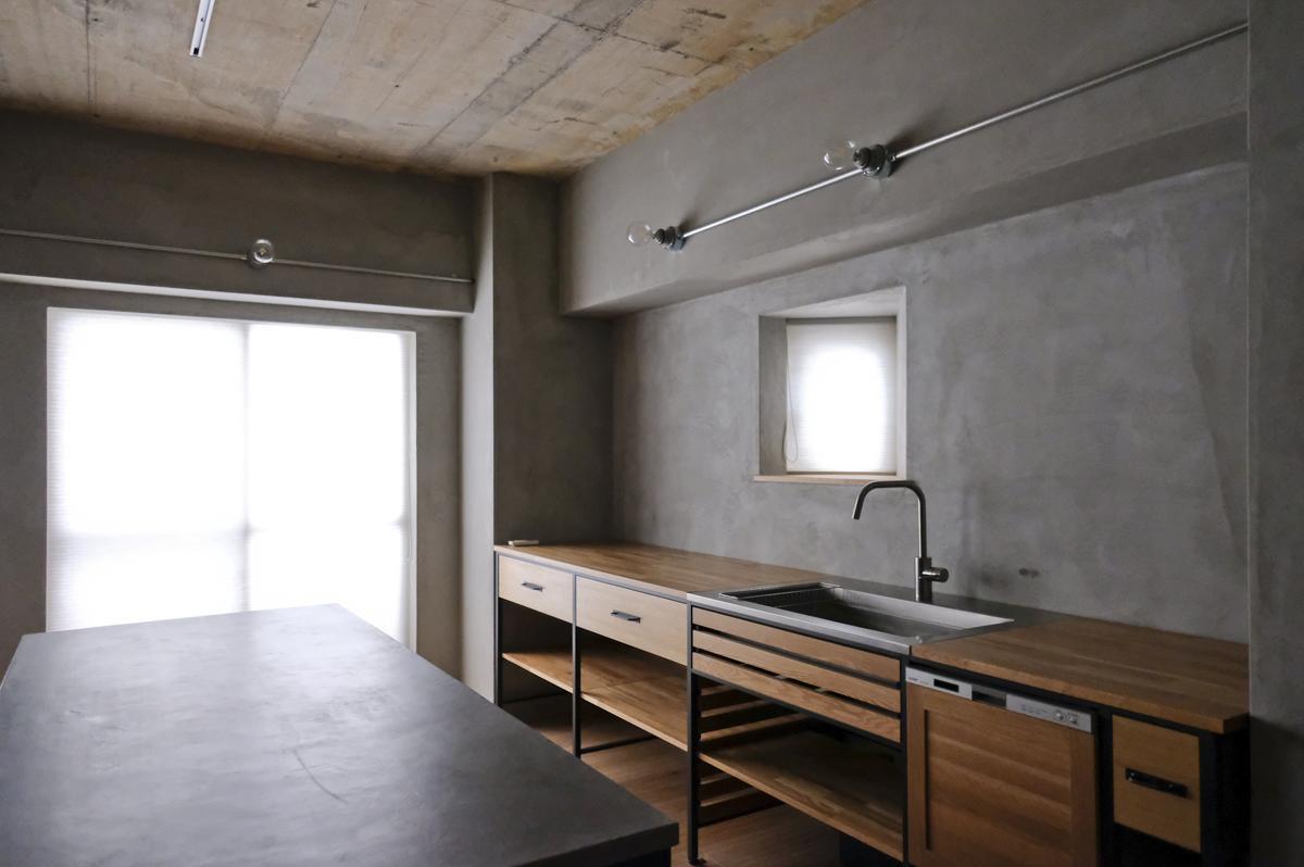 造作キッチンは、引き出しの面材にナラ集成材を使用