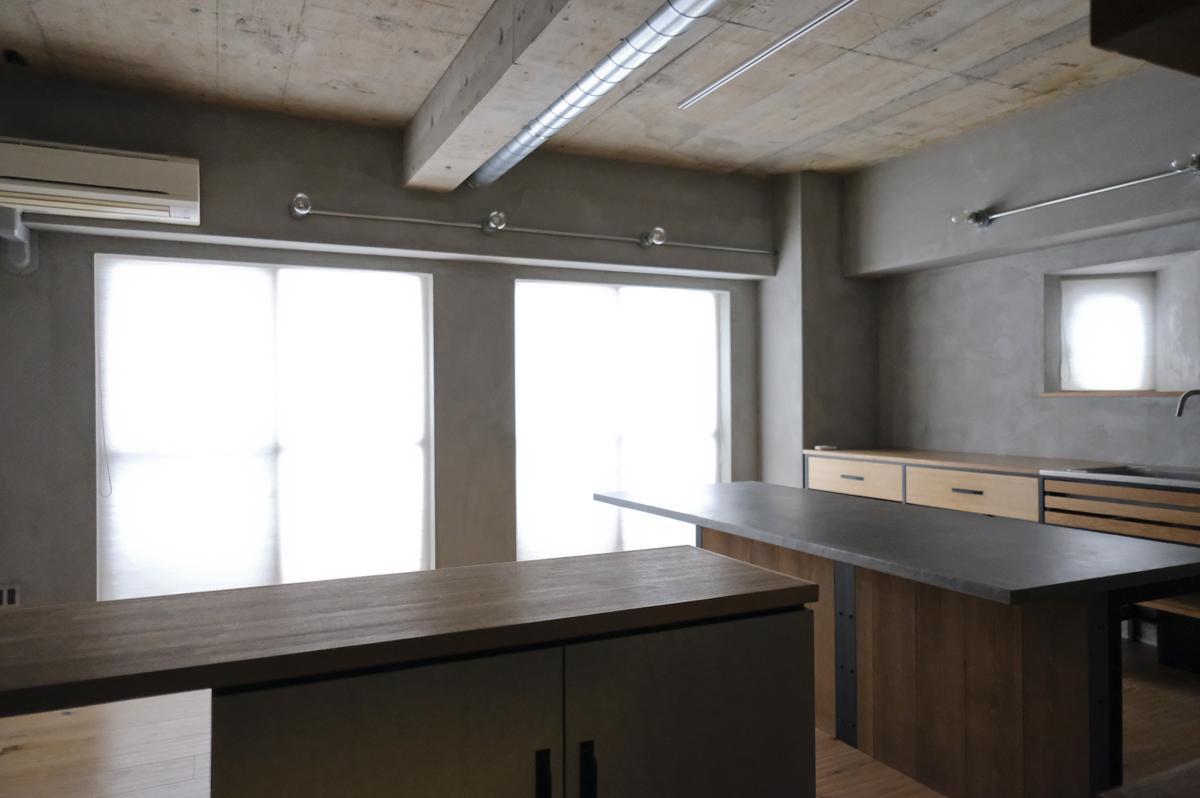 玄関の靴収納棚は、フレキシブルボードとポリ合板の組み合わせ