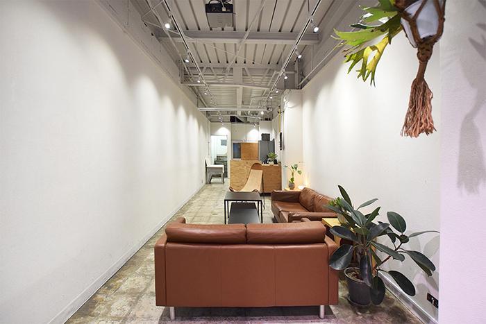 【レンタルスペース】同じ建物内にあるレンタルスペース。ソファやテーブル、プロジェクターやスクリーンが置かれている