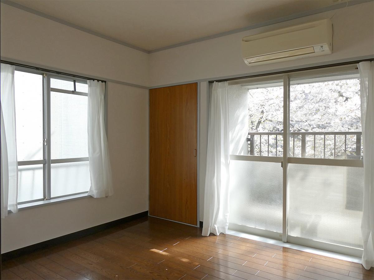 南東側の6畳の洋室。室内からも桜ビュー