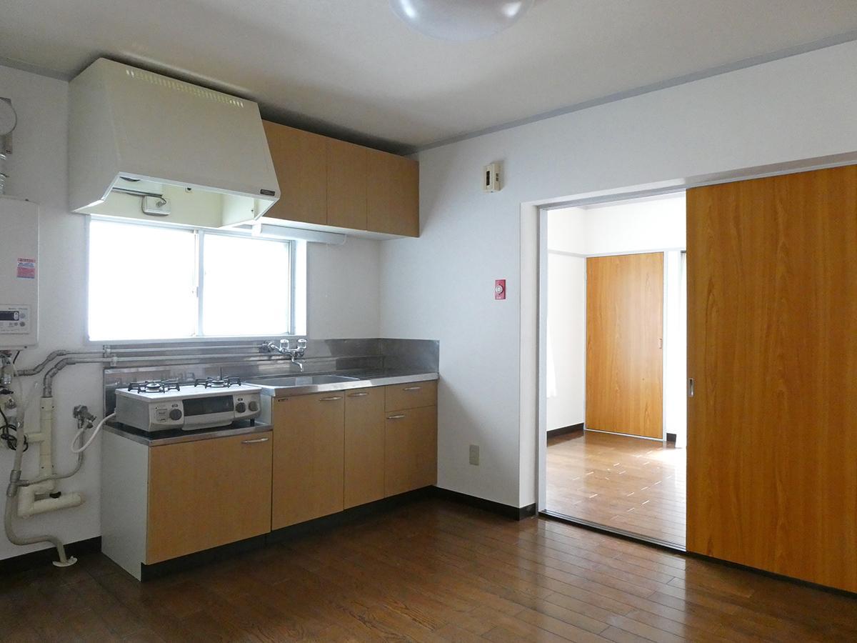 ダイニングキッチン。南北の個室の通り道にはなりますが、小さいテーブルなら置けそう