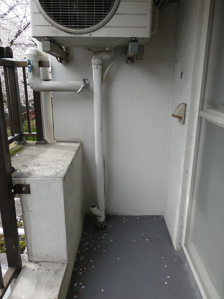 洗濯機置き場はバルコニーです。幅は約67cm