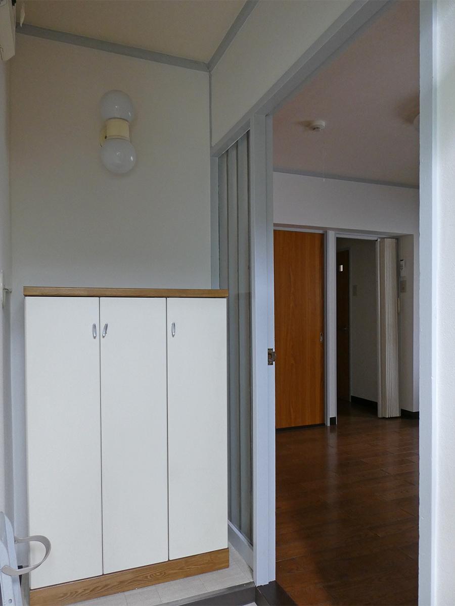 玄関。照明がレトロ