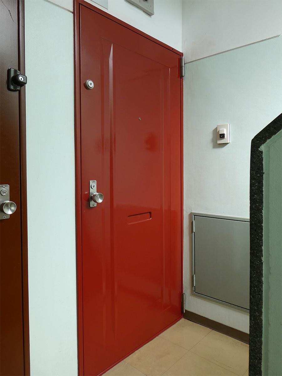 赤の可愛らしいドア。共用部の壁はミントグリーンでいい感じ