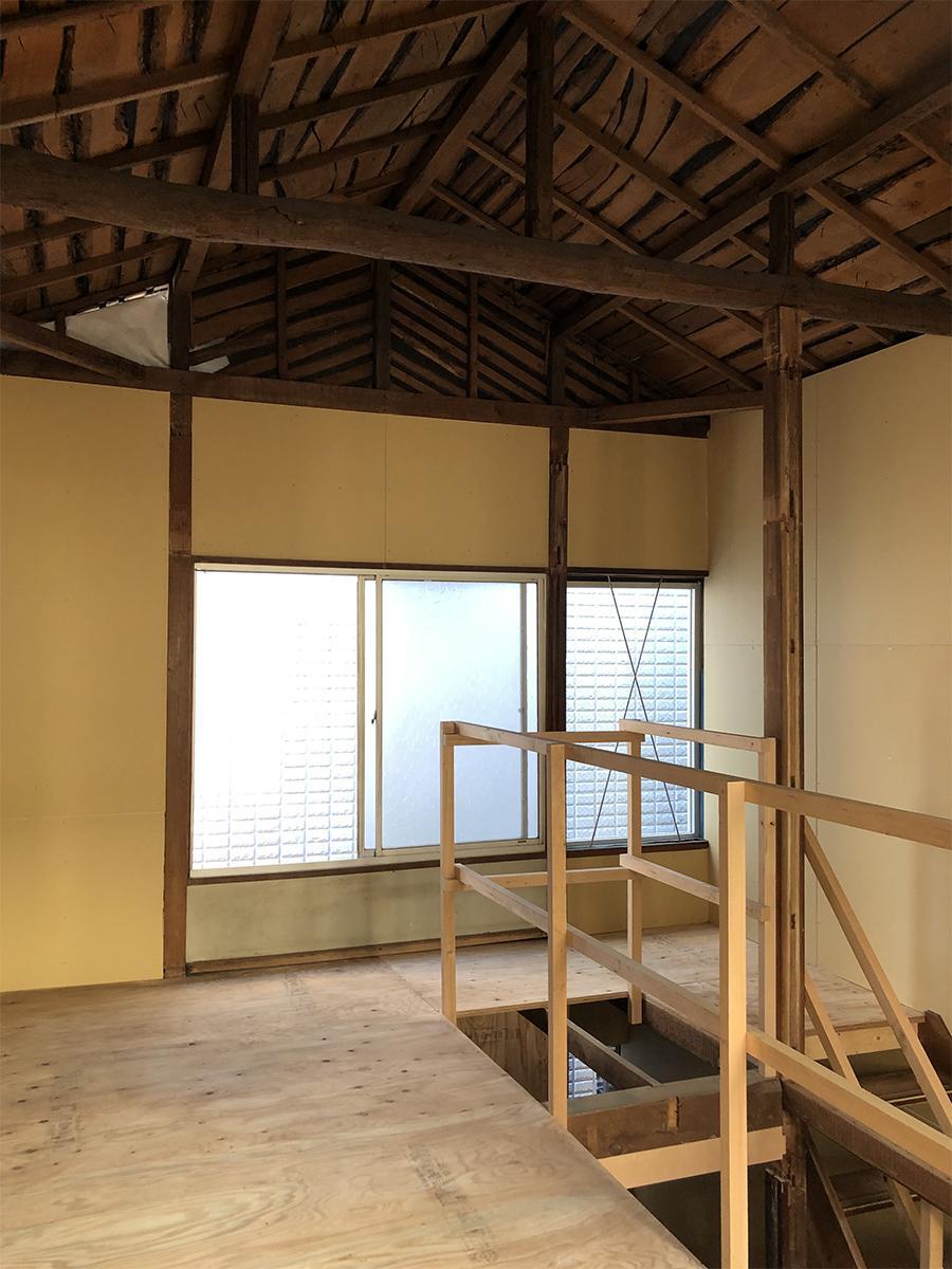 2階の天井は梁があらわになっています