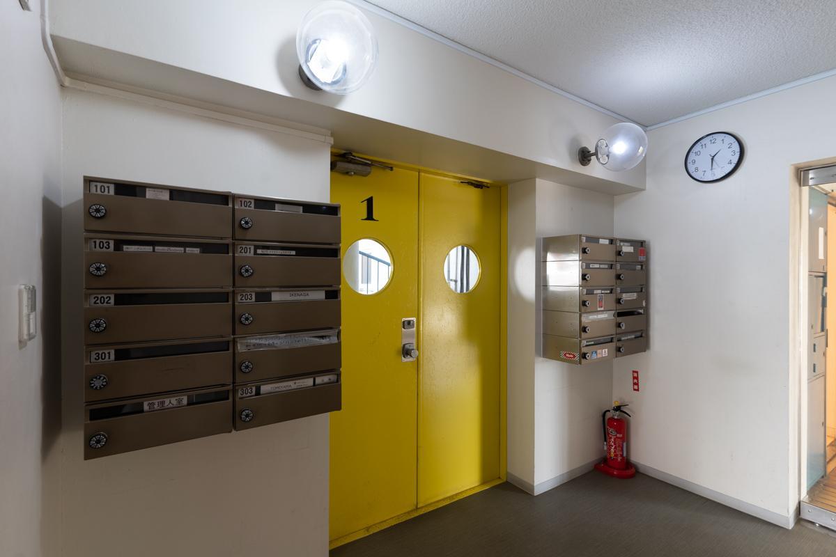 エレベーターホールの扉にもカラーリングがされています