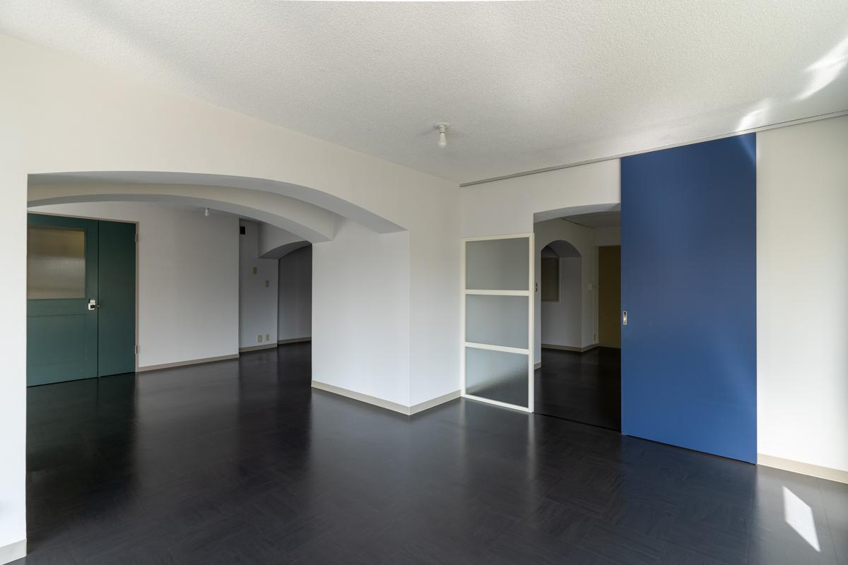 アーチ状の梁が特徴的な、ギャラリー的な雰囲気の空間