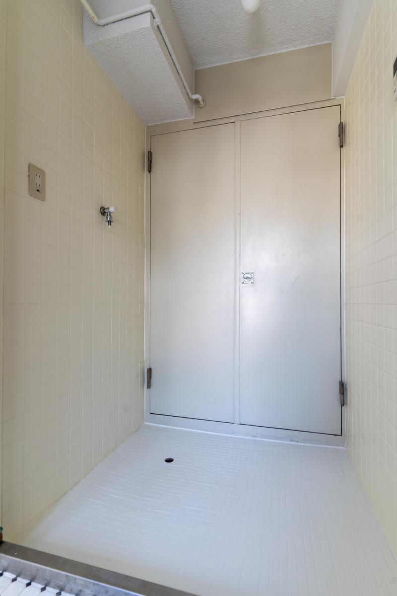 ドアの手前が洗濯機置場になっています