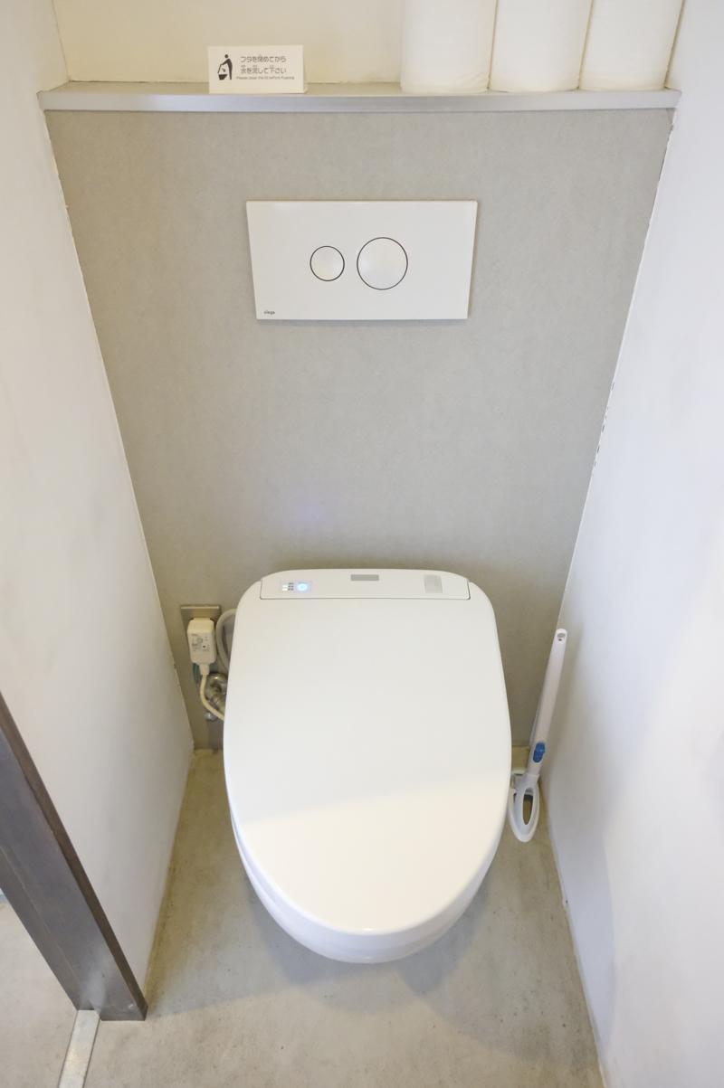 デザインがおもしろい共用トイレ。清潔感もあります