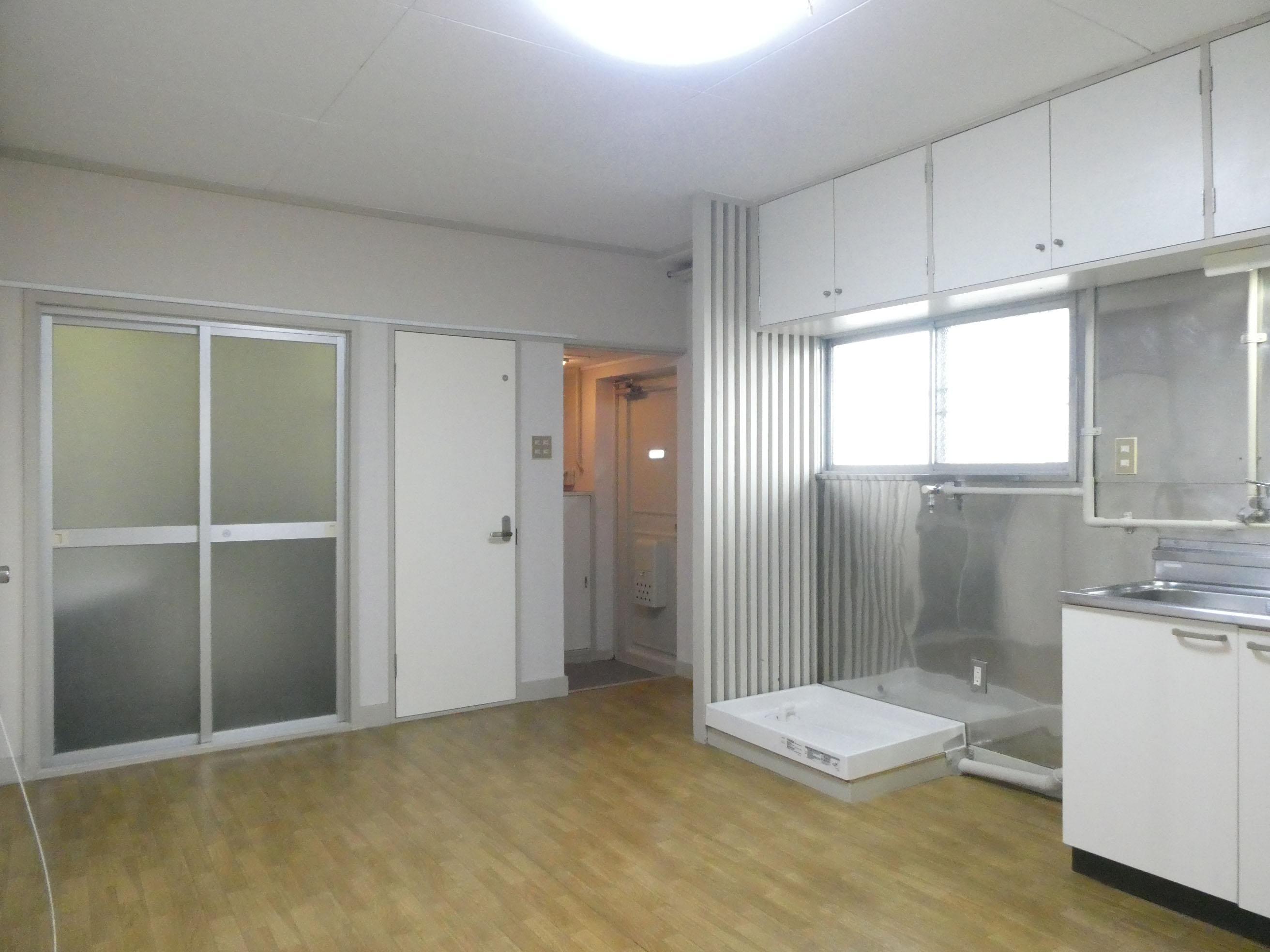 左手に見えるのは浴室のドア。透けています