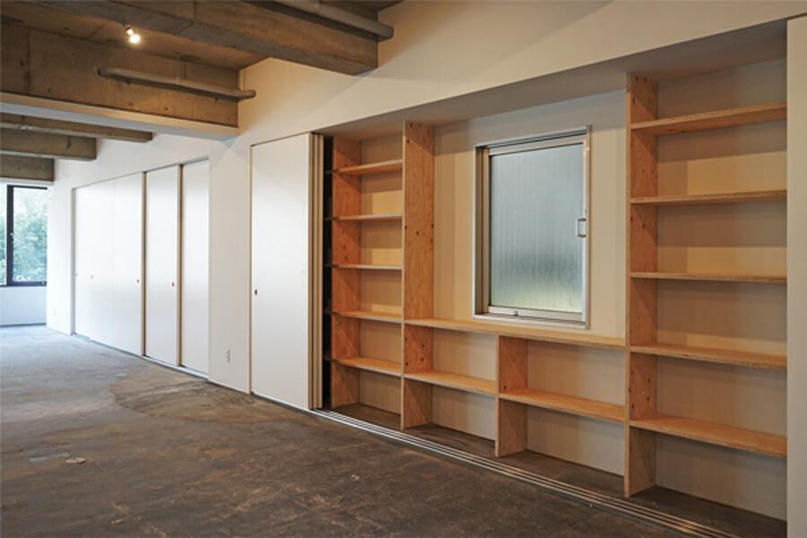 6階。扉を開けると収納が。書籍の整理に重宝しそうです