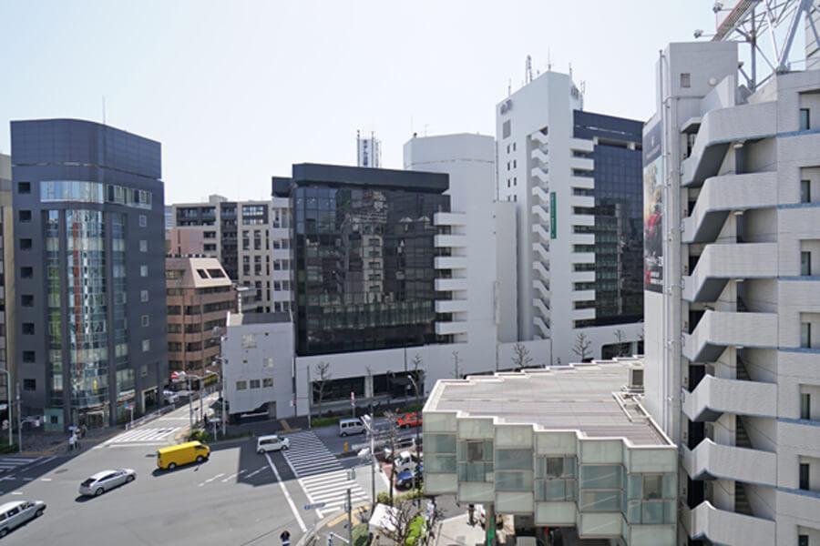 6階の窓からはこんな景色。交差点に面しているので、目の前が抜けてます