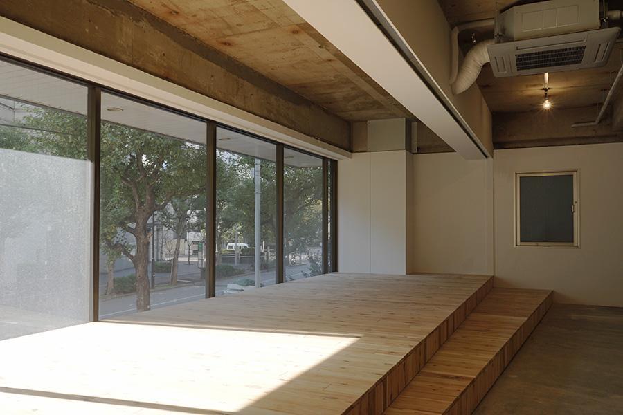 2階。南の窓際にウッドデッキが。仕切れば打合せスペースに使用可能です