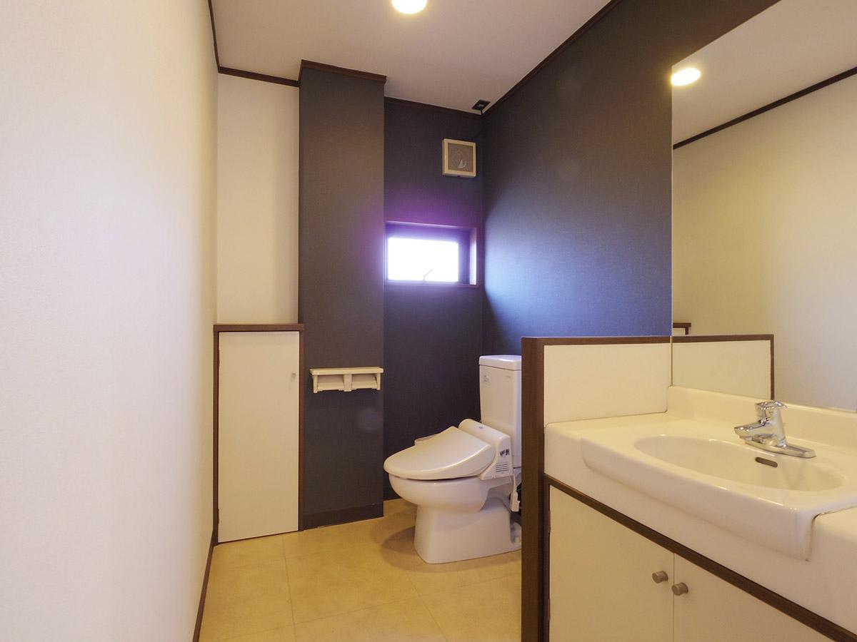 広々としたトイレと洗面スペース
