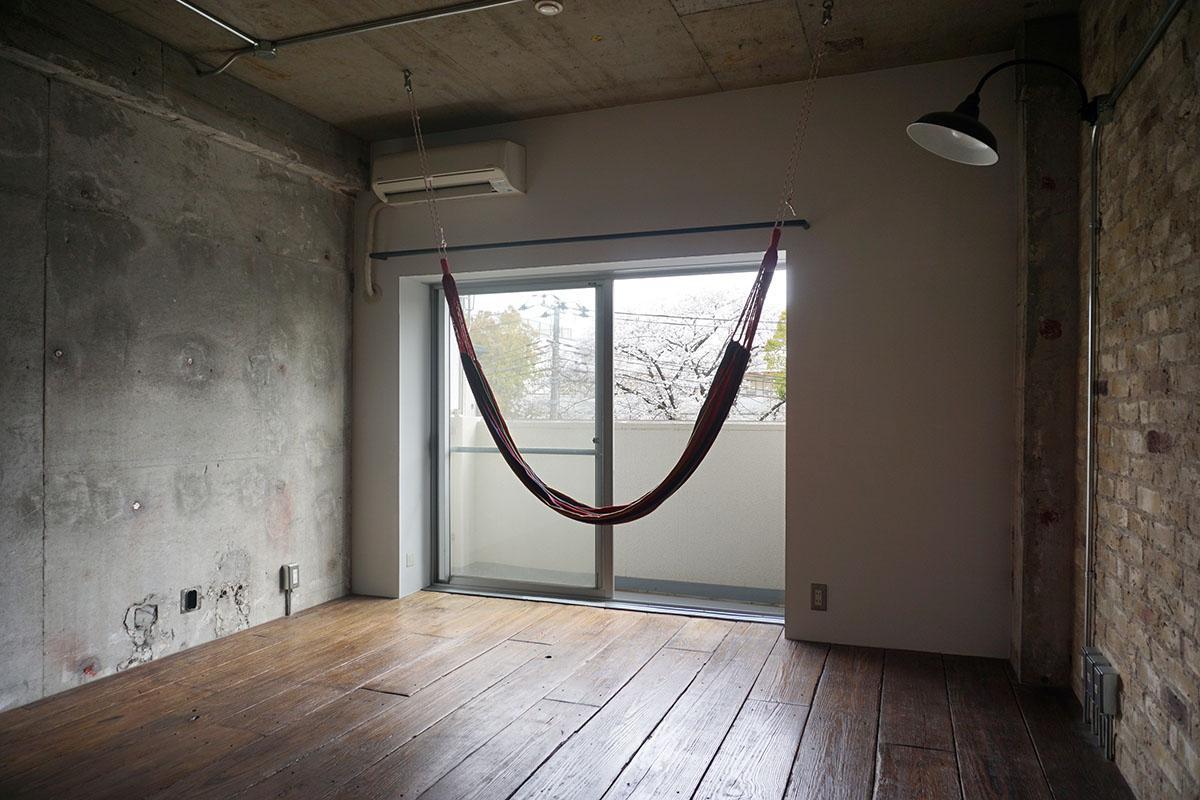 3階16畳LDK:ハンモックが付き、桜並木がチラリ