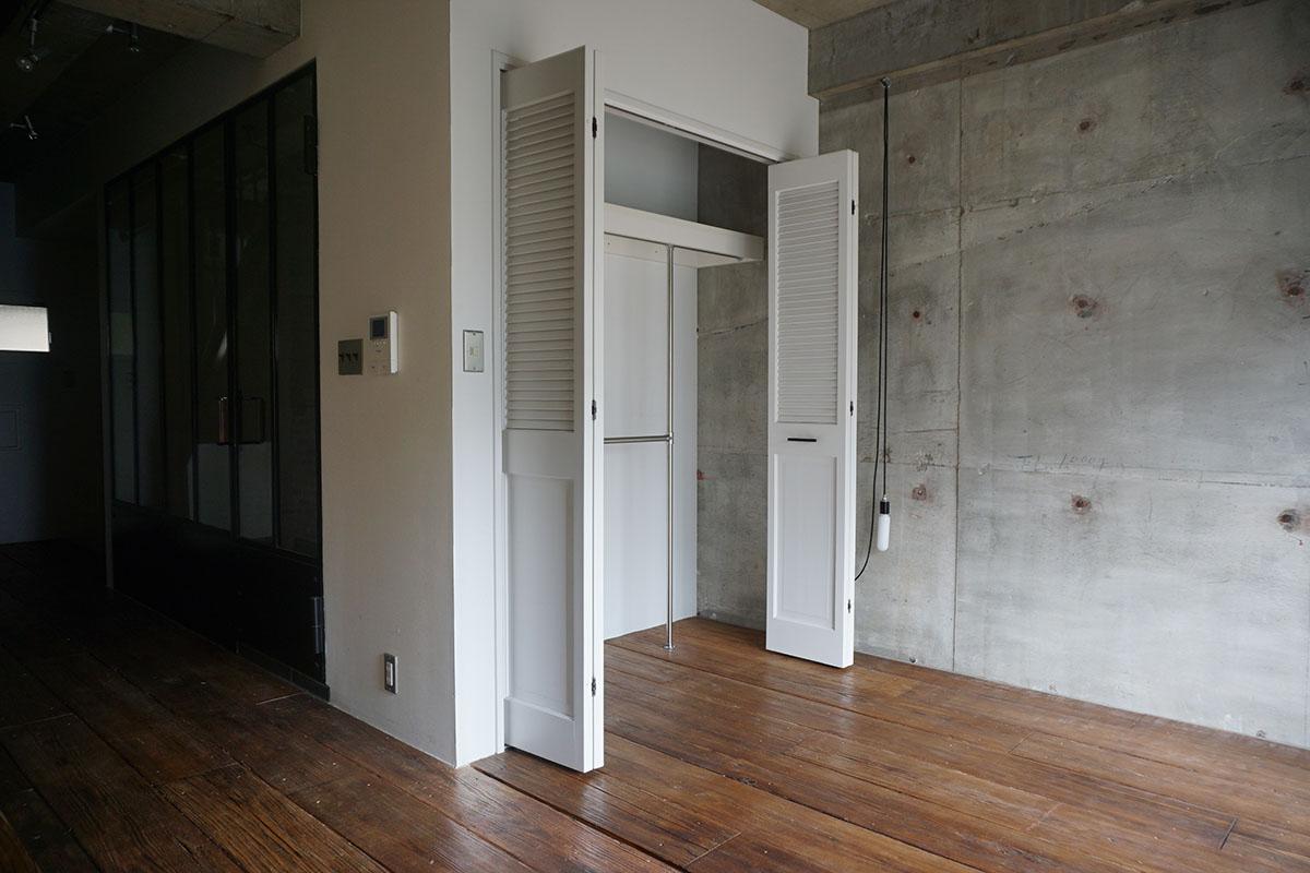 2階7.5畳寝室:奥にはガラス張りのバスルームと玄関がある