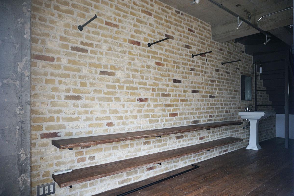 2階:ウォールシェルフの板材も床と同じ