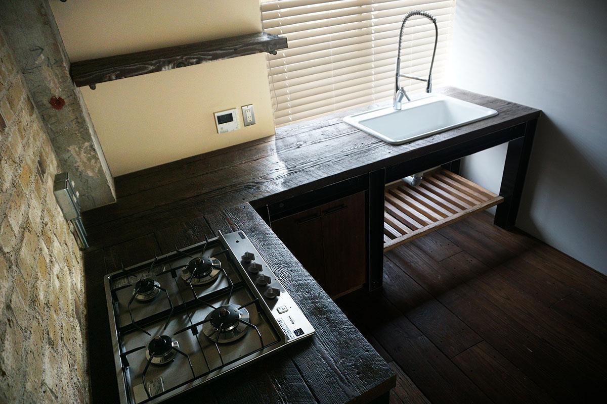 キッチンの作業台も床材と同じ