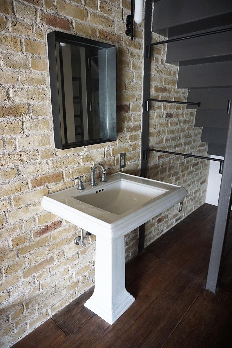 2階洗面台:右手にタオルを干せる