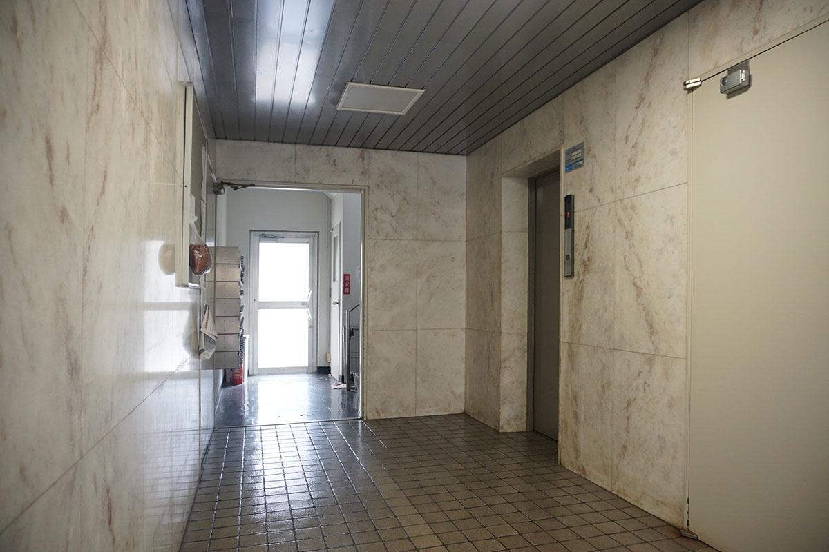 エントランス、エレベーターあり。きれいに掃除されています