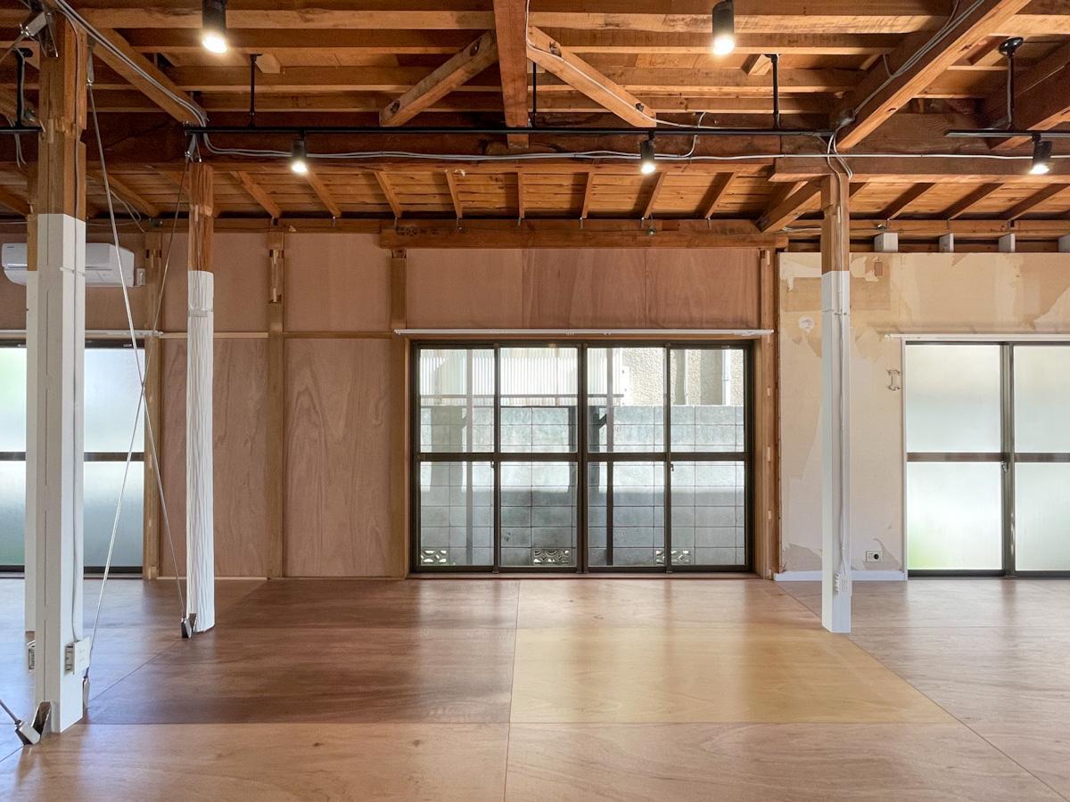 壁面は柱と同様、天井から数十センチのところまで、白く塗装される予定。