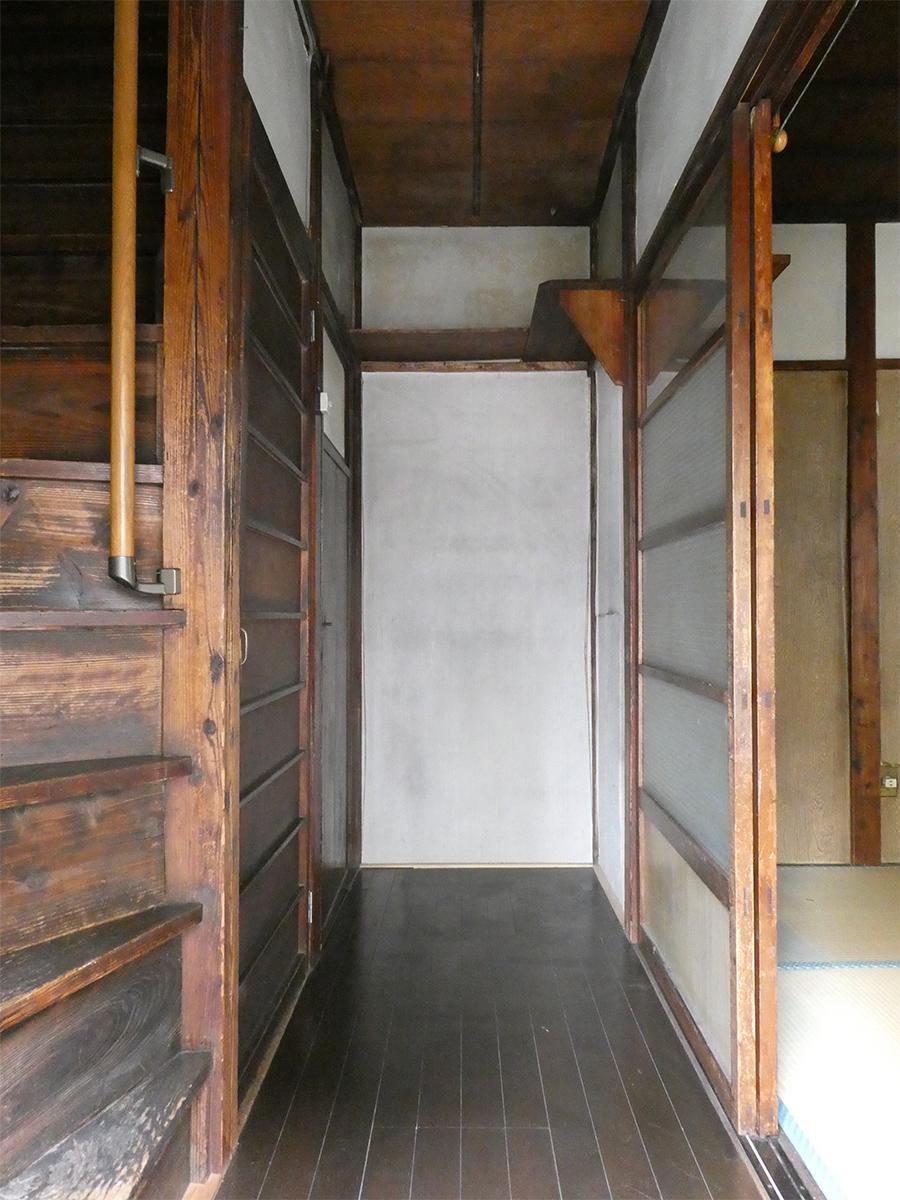 1階廊下。玄関からは段差があります