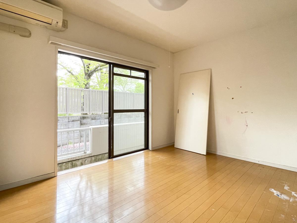 写真は別部屋、原状回復前の状態。壁紙はシンプルな白、床はツルッとしたフローリング