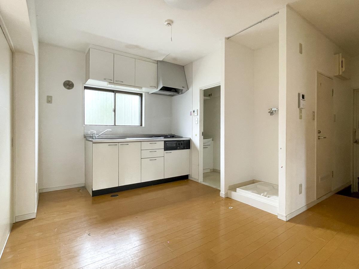 ダイニングテーブルも置くことが可能な広さ。洗面室もあります