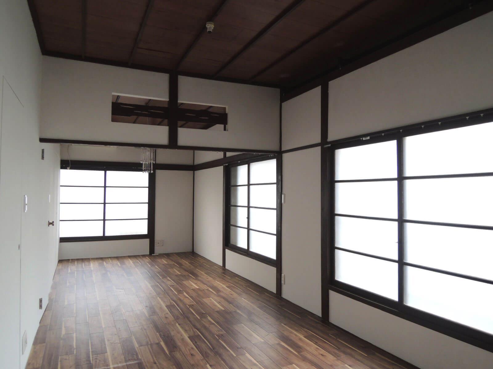 元和室だった窓や天井を生かして改装