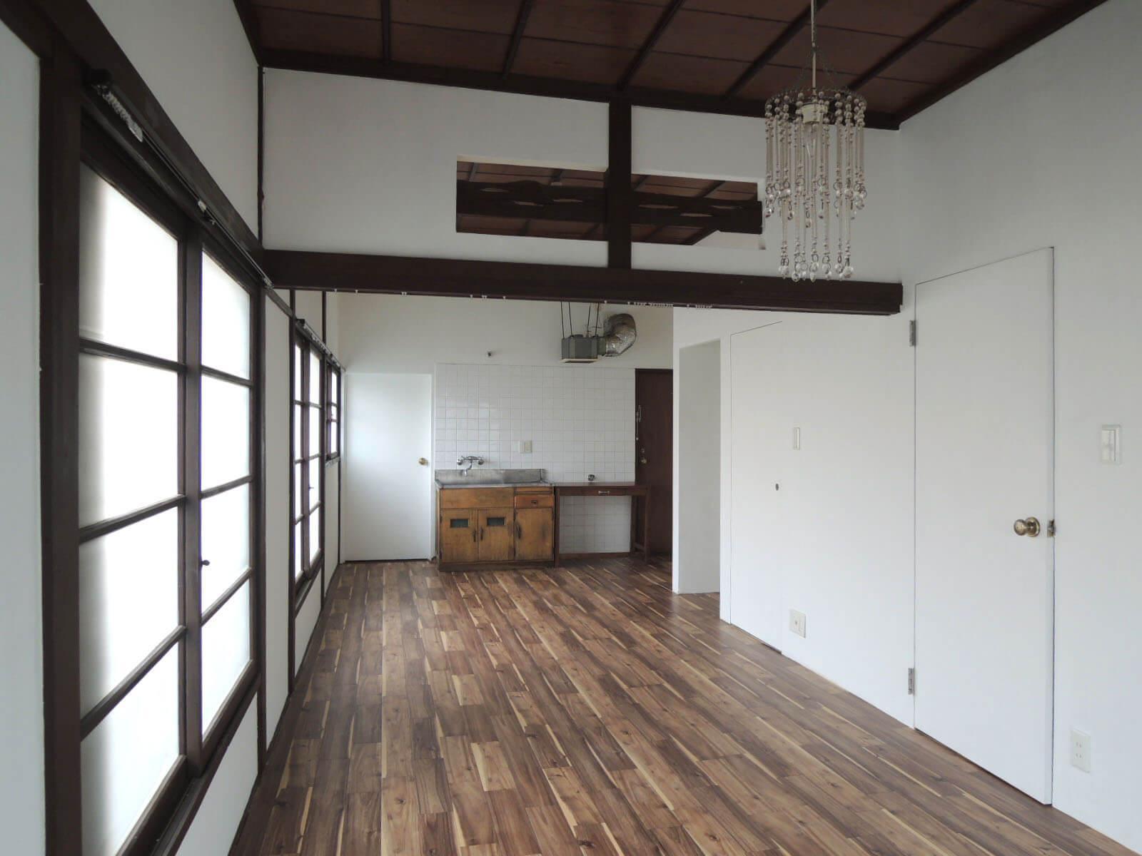 反対から、突き当りキッチンの右側が玄関