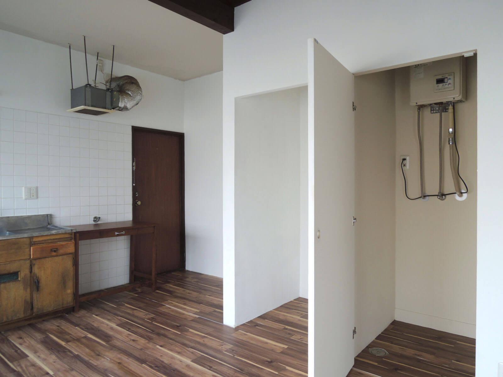 右の箱は洗濯機置場、左の箱は冷蔵庫置場