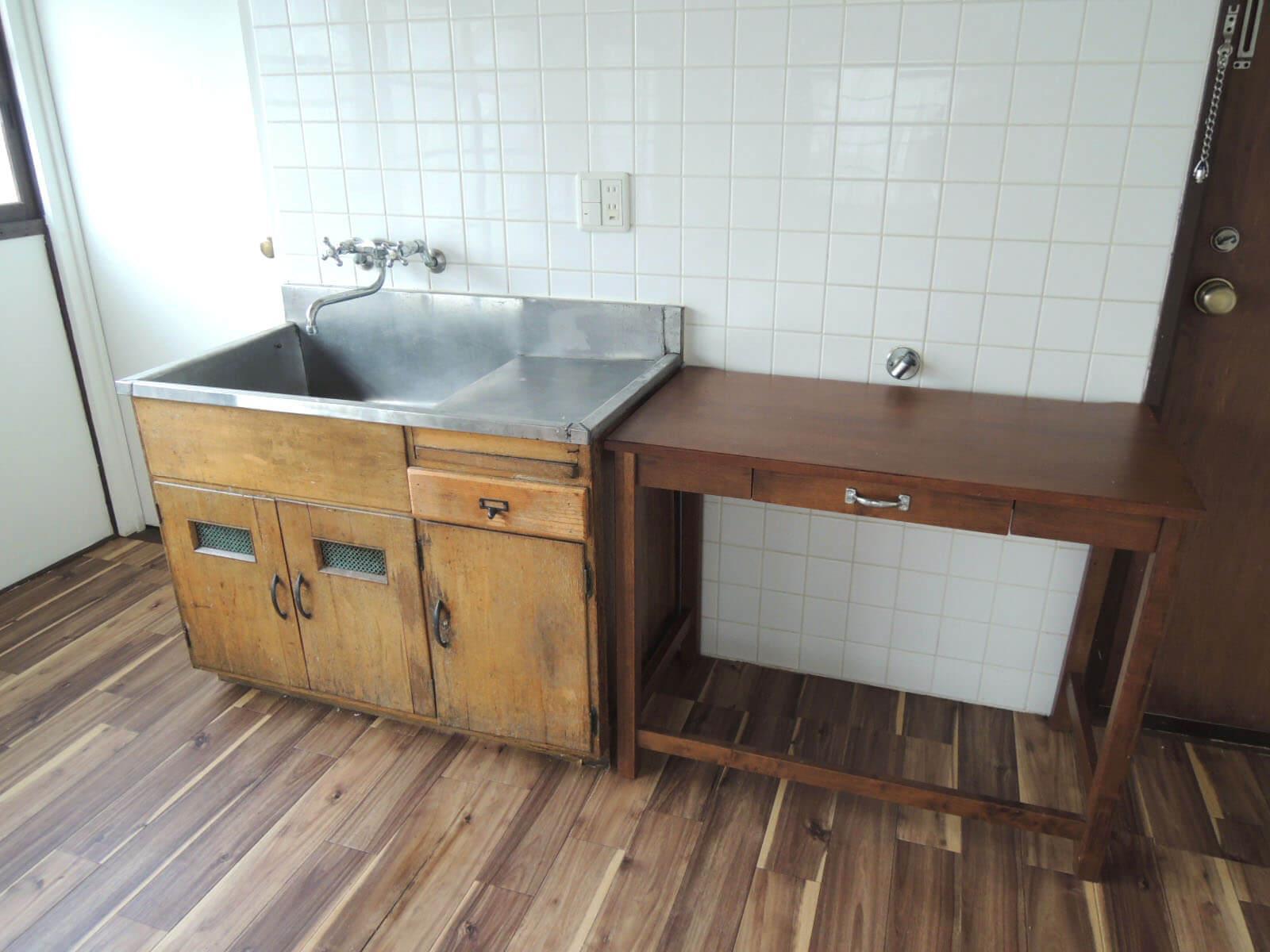 流しだけの古風なキッチン、ガスかIHのコンロを持込で