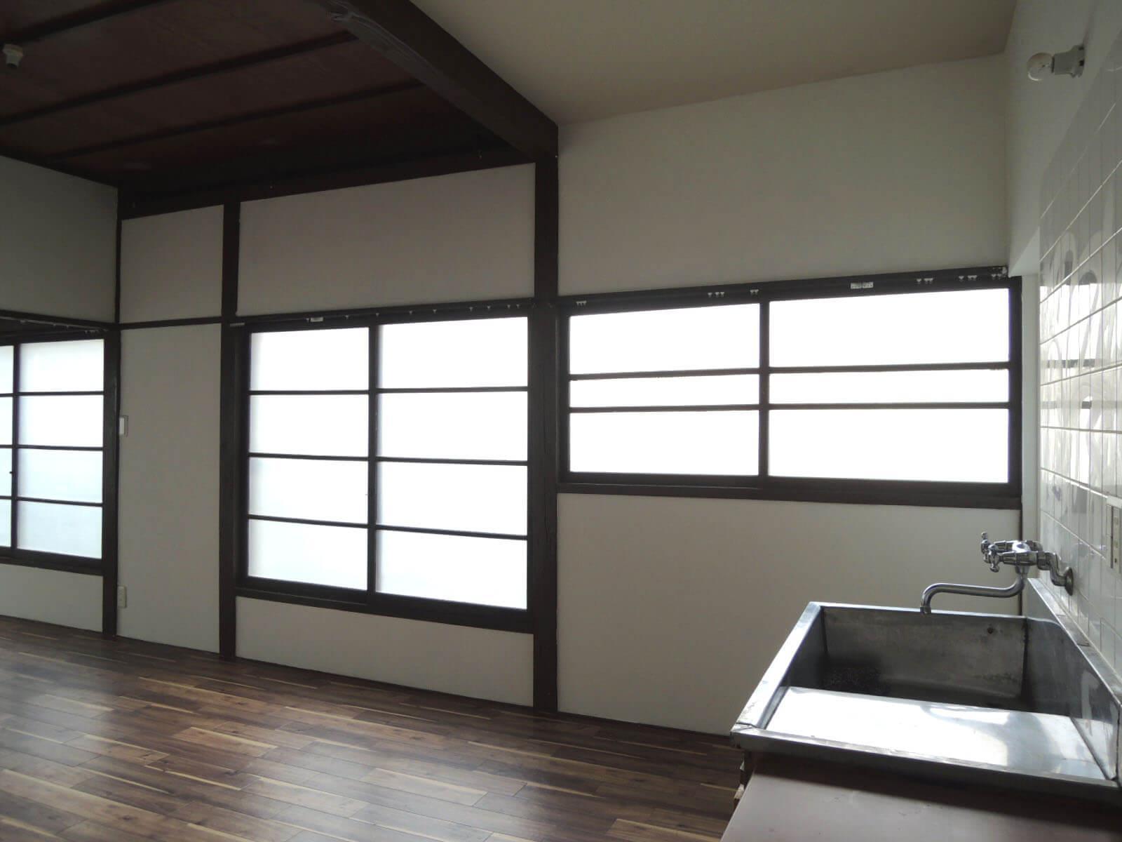窓は木枠、鍵はネジ式の古いタイプです