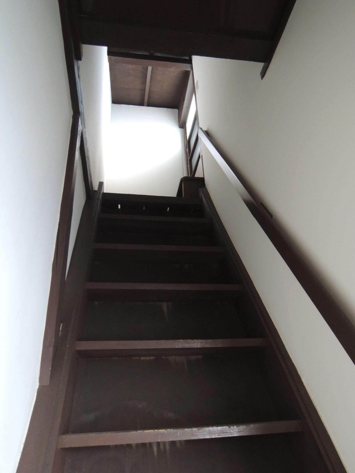 物干場への道はかなりの急勾配、はしごに近い感覚です
