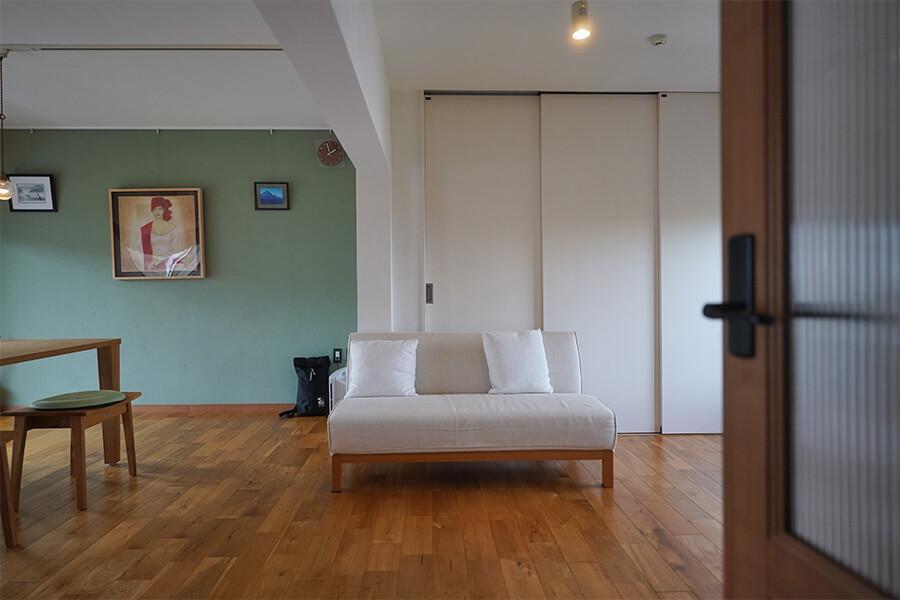 床は無垢フローリング、壁は珪藻土と漆喰で